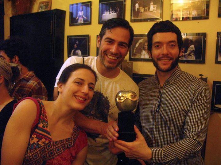Ruth Núñez y Alejandro Tous posan con el Max de 'Duet for One'