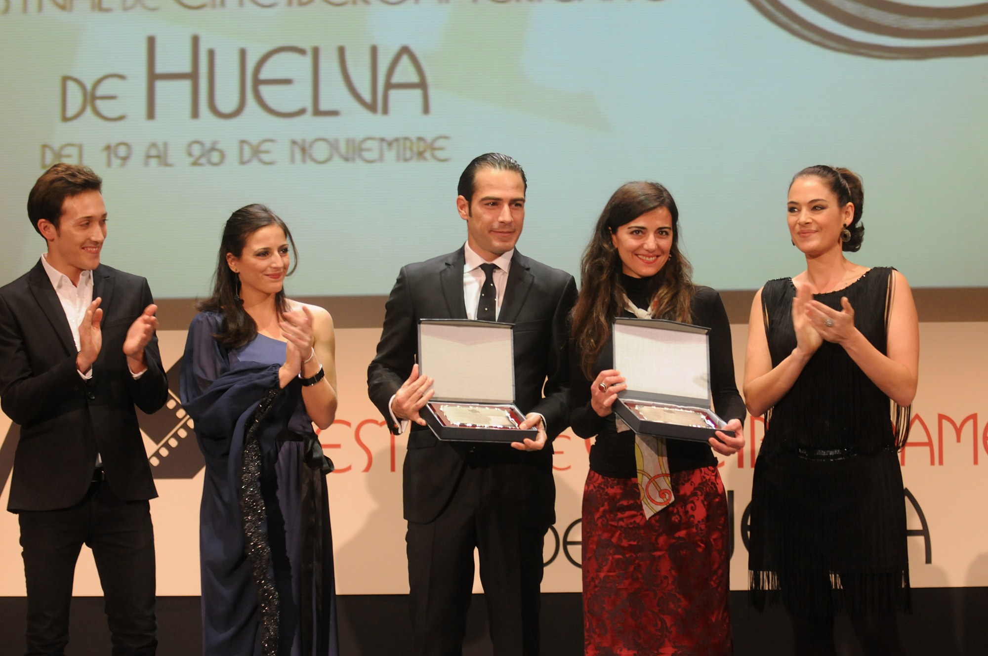 Ruth Núñez entrega un premio en la gala de clausura del Festival de Cine Iberoamericano de Huelva