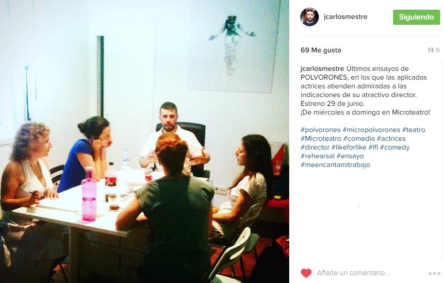 Juan Carlos Mestre y las actrices de Polvorones en uno de los últimos ensayos
